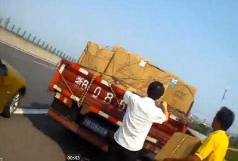 昂贵零件高速路上掉落 好心司机捡到物归原主