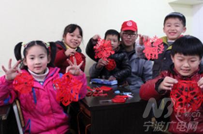 江北青年志愿者陪小朋友剪窗花 共迎羊年春节