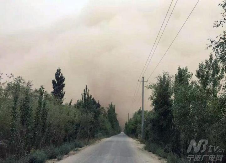 截至記者發稿,新疆南部巴州且末縣,和田地區仍處于浮塵天氣.