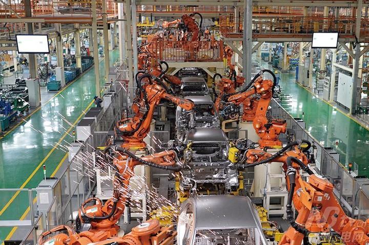 """""""吉利汽车""""宁波杭州湾基地的焊接车间,各类工业机器人上下翻飞,高清图片"""