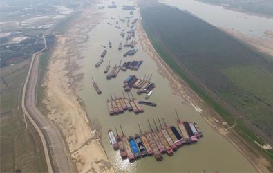 湘江湘阴段持续水枯 船只排起长龙