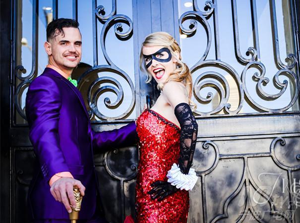 扮成了漫画中的反派小丑以及他的情人哈莉-奎恩,而伴郎伴娘团则扮