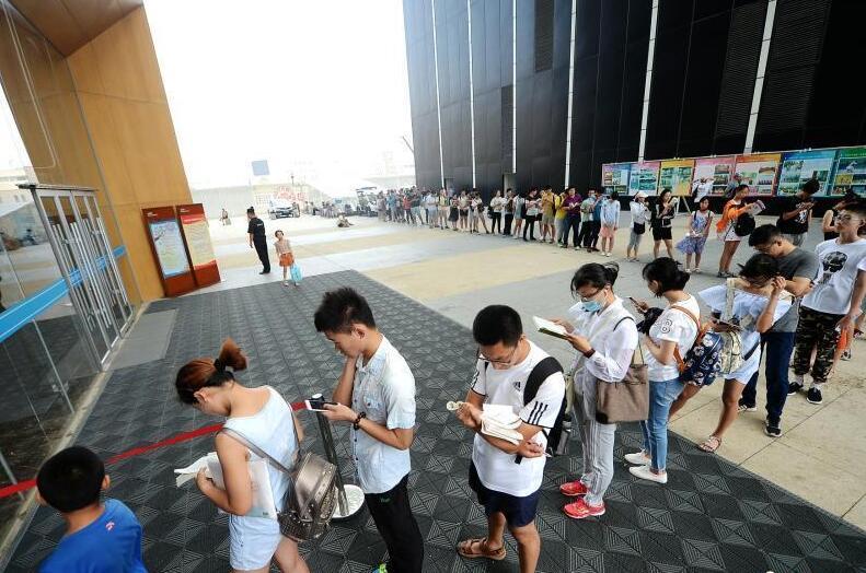 济南持续高温天 市民排队进图书馆纳凉