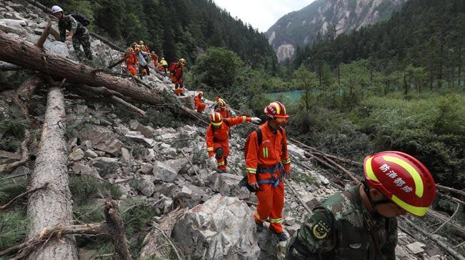搜救队挺进九寨沟滑坡区 搜救被困民众