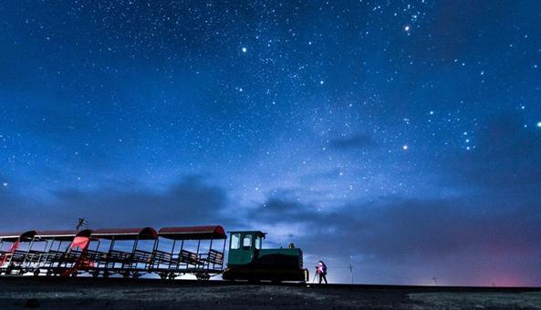 """茶卡盐湖:中国的""""天空之镜"""" 如今已是网红景区"""