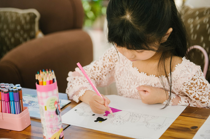 宁波6岁小姑娘办画展 讲述心中的童话世界