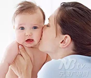 宝宝睡醒了,妈妈想亲亲ta的小嘴儿,可是小可爱伸个懒腰,再打个哈欠