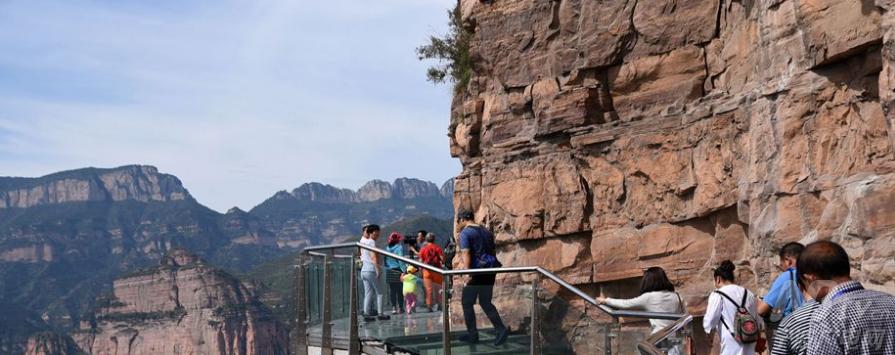 河北邯郸,游客在东太行景区悬空玻璃栈道上观光体验.