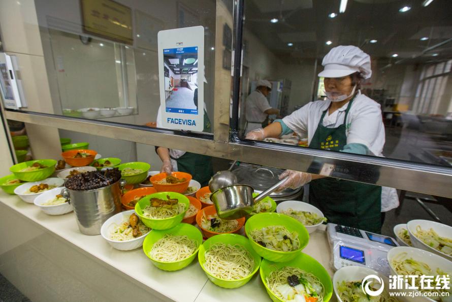 这个学校厉害了!杭州十一中食堂推出刷脸点餐