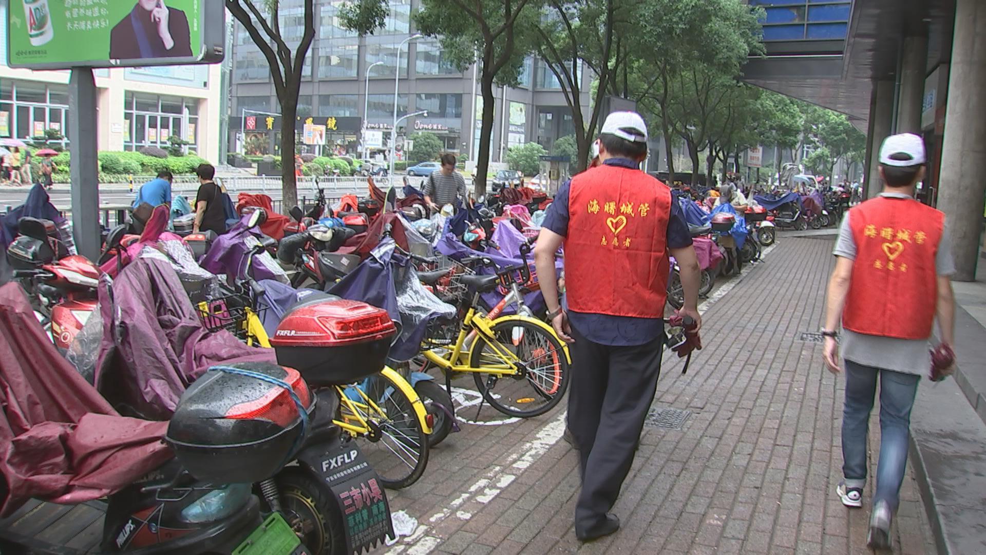 助力文明城市创建 宁波8万多名城管义工街头倡导文明停车