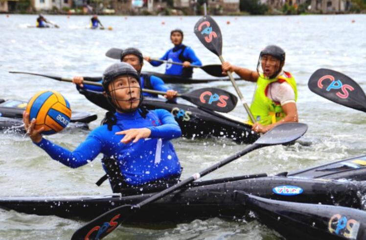 东钱湖举办国际皮艇球夏令营 湖光山色里练习球