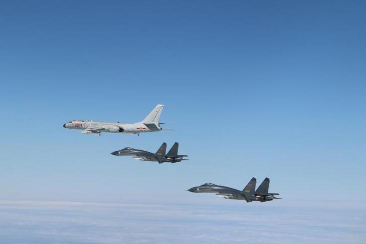 """中国空军多型战机成体系""""绕岛巡航"""""""