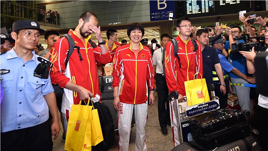 中国女排深夜抵达首都机场 数千粉丝夹道迎接