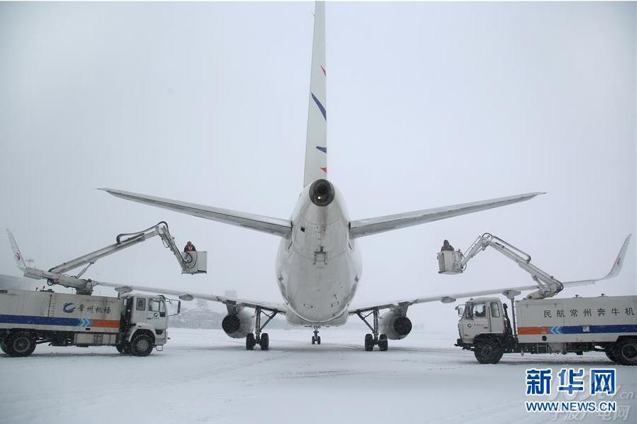 1月25日,江苏常州机场工作人员在给飞机除冰.