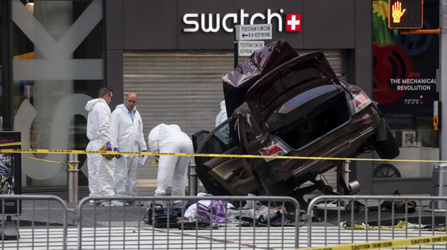 纽约时报广场汽车冲撞行人 致1死22伤