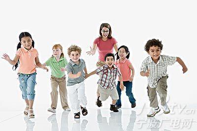 幼儿园穿鞋带的步骤分解图片