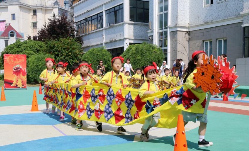 """幼儿园小朋友自制""""龙舟""""体验民俗文化"""