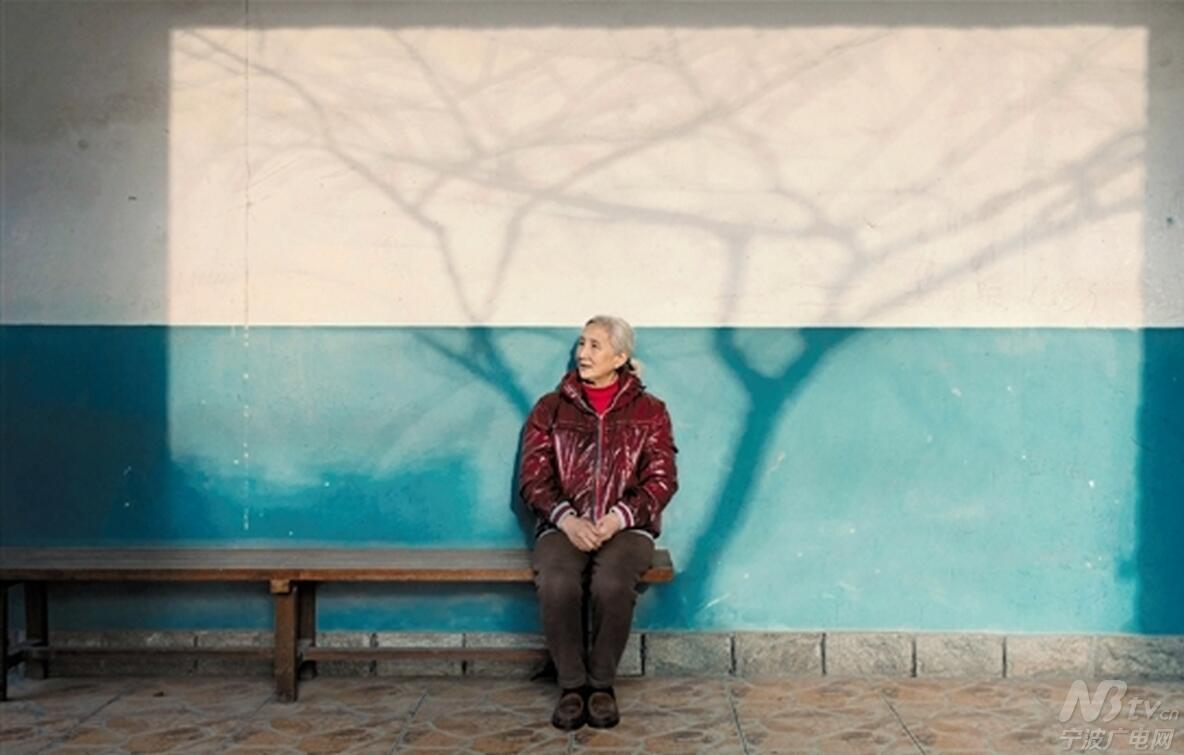 他给奶奶拍了张照 获了个全球大奖!