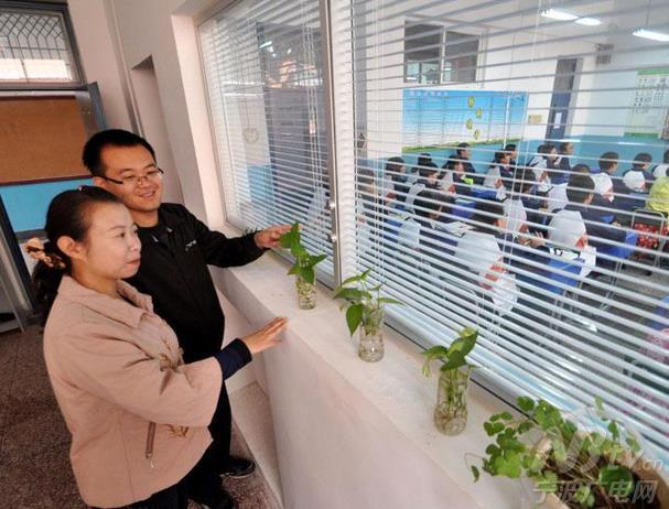 """""""的办公室与教室设计初衷,所有学生的一举一动都置于班主任的放大镜下"""