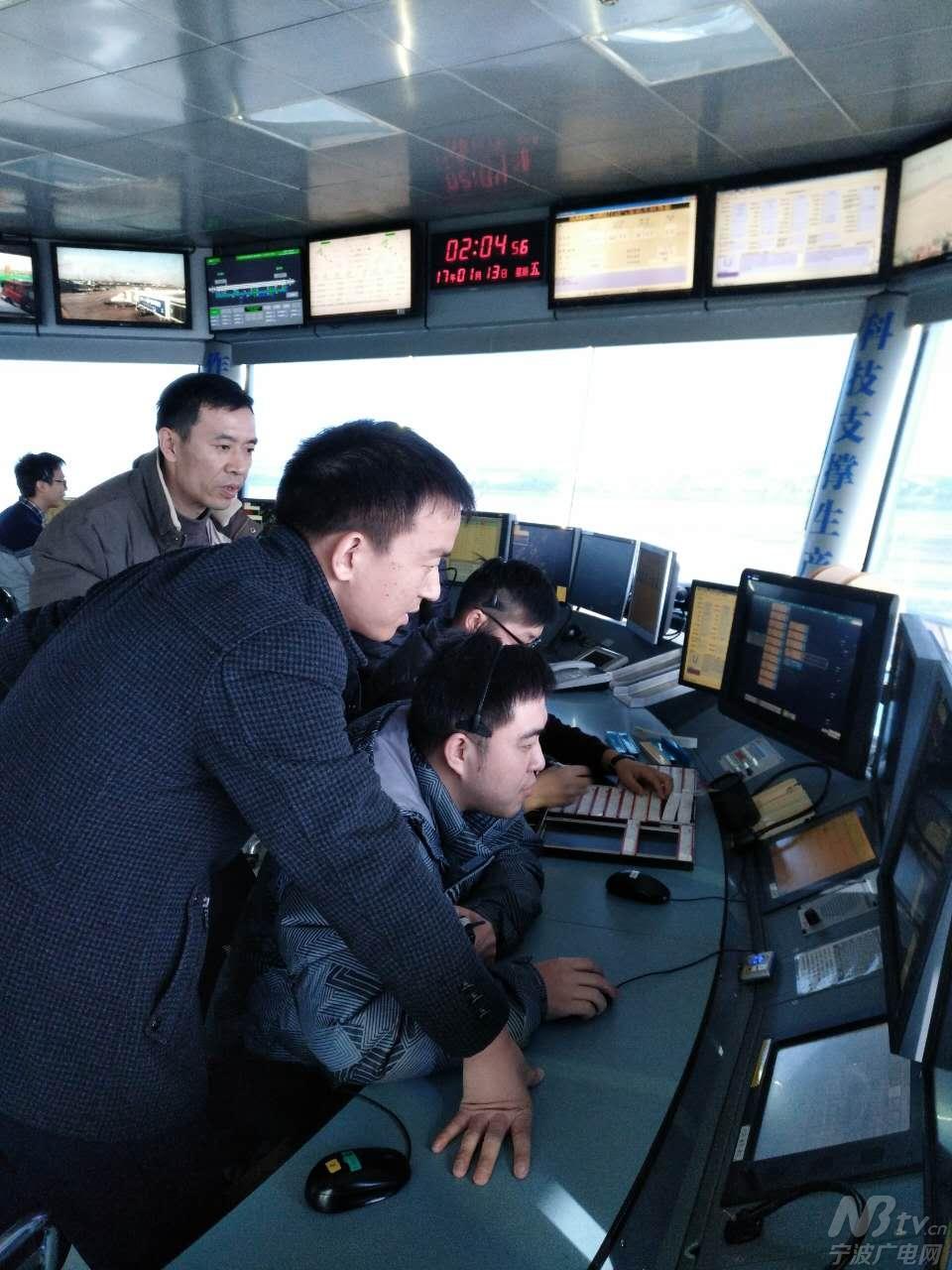 宁波空管塔台管制员指挥大流量飞行
