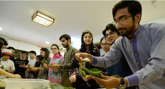 留学生包粽子 感受中国传统文化