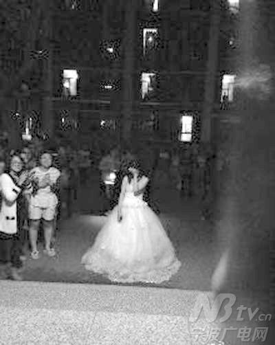 有网友得知此事后表示,见过男生女生楼下求婚的,女生这样高调求婚,还