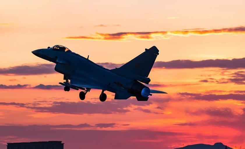 歼-10B战机首度出征 与世界先进战机同场竞技
