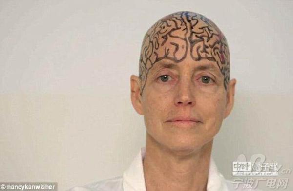 美国女教授课上剃光头教学生认识大脑结构