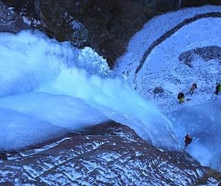 北京郊区现30米高冰瀑 悬于山间壮观