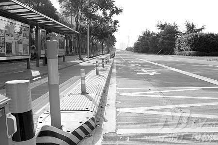 通过安全岛,机非隔离栏,公交优先道等方式来确保公交车站通畅.