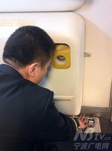 """""""机载应急滑梯""""就是飞机上的应急设备."""
