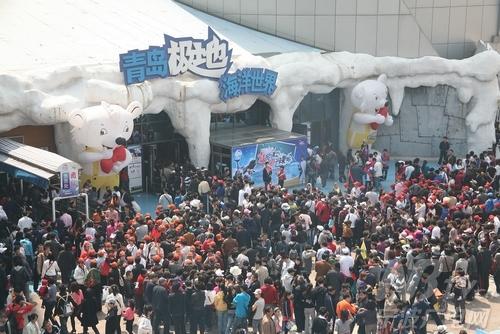 青岛极地海洋世界馆发生游客拥挤