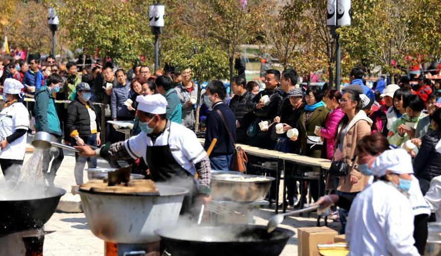 河南王屋山三千人排队吃饺子