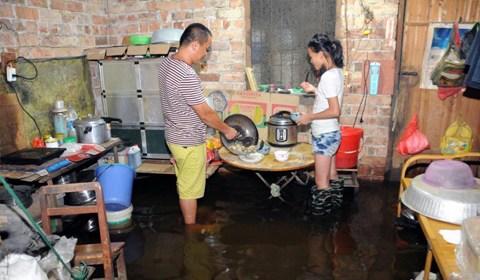 广西一村庄被雨水浸泡 村民水中吃住