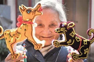 宁海77岁奶奶,绣花刻纸布艺样样行