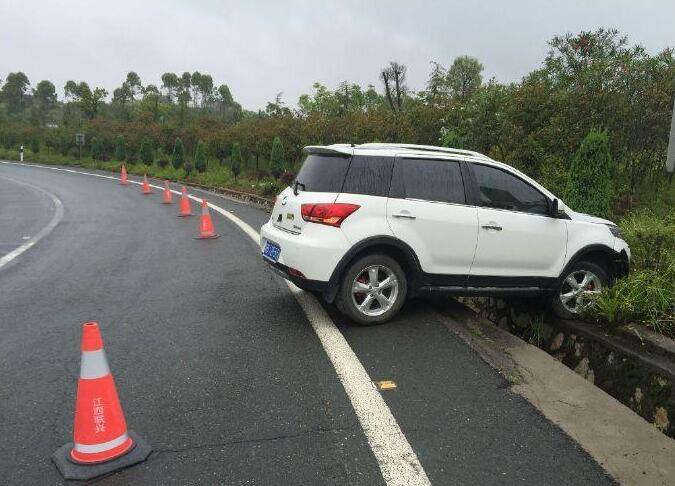 高速发生车祸 女子竟弃车先回家吃饭