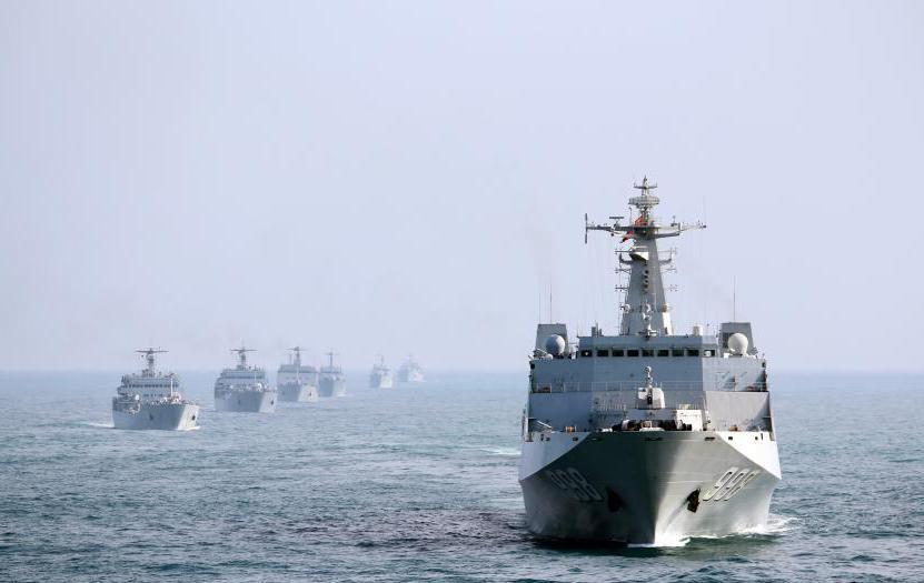 南海舰队十艘登陆舰编队出海训练