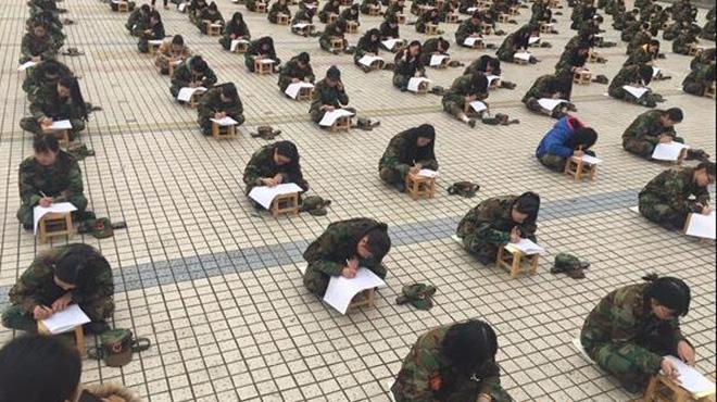 四川一高校千人露天考试 老师用望远镜监考