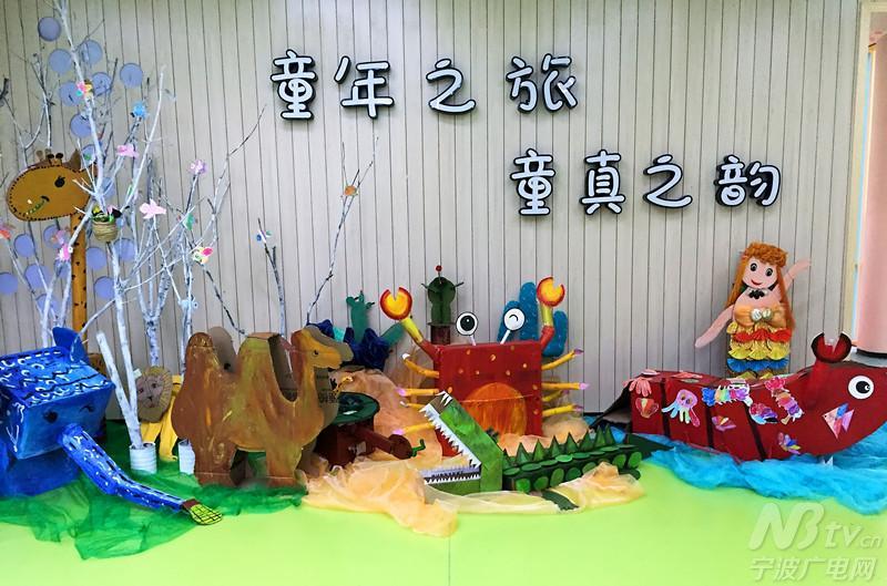 幼儿园大厅陈列着小朋友和老师一起完成的手工艺品