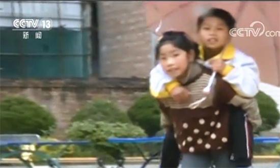 云暖心!南文山九岁女孩背着残疾哥哥去上学