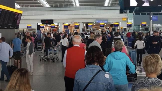 英国遭大面积网络故障 两大机场所有航班取消