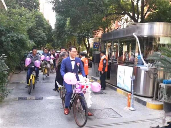 """""""上马""""交通管制 上海一新郎骑自行车接新娘"""