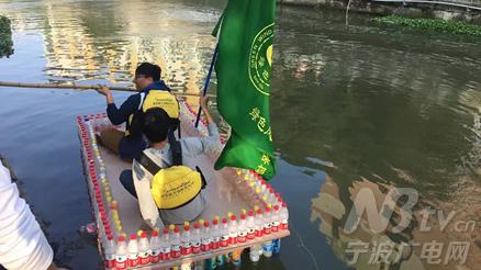 大学生收千个矿泉水瓶做成船 还网络直播试航图片