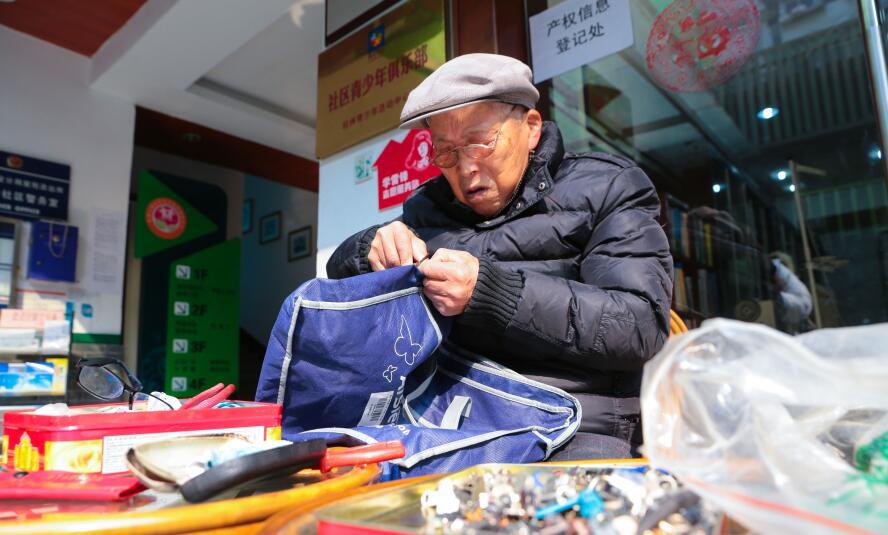 爱心贵在坚持 88岁老人义务修拉链37年