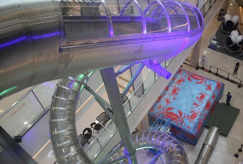 重庆一商场现高空滑梯 46米滑道12秒降落